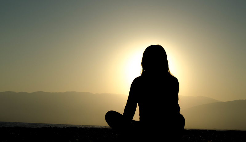 women-meditating-at-sunset_800